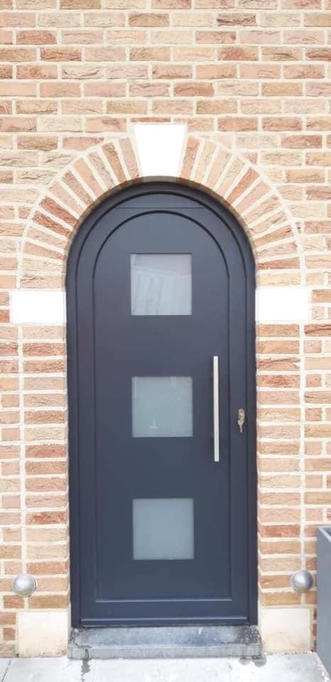 Pose d une porte d entr e en pvc gris anthracite vis for Porte entree pvc gris anthracite