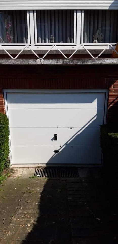 Pose d 39 une porte de garage sectionnelle motoris e en blanc retinne - Pose d une porte de garage sectionnelle motorisee ...