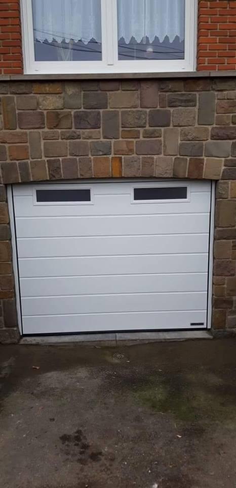 Pose d 39 une porte de garage sectionnelle motoris e en blanc avec hublots saive - Pose d une porte de garage sectionnelle motorisee ...