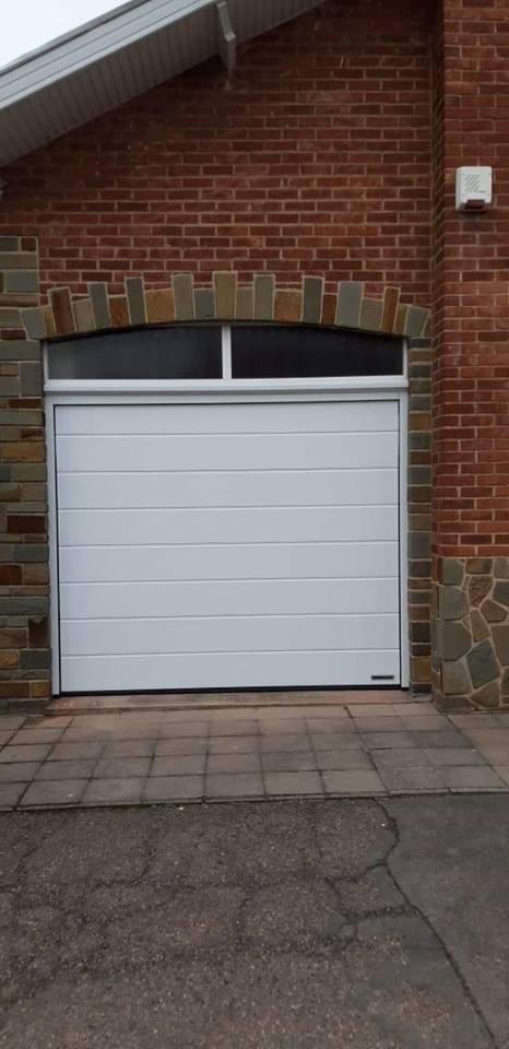 Pose d 39 une porte de garage sectionnelle motoris e en blanc bellaire - Pose d une porte de garage sectionnelle motorisee ...
