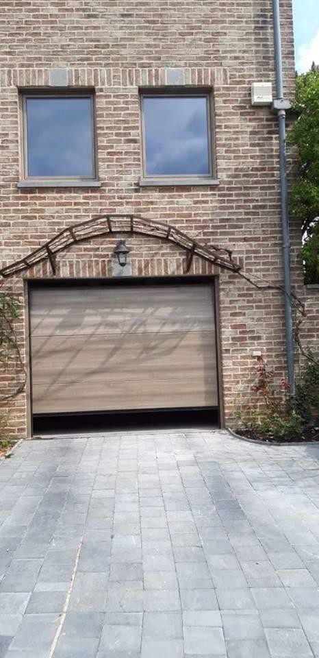 Pose d 39 une porte de garage sectionnelle motoris e en gris c dre saive - Pose d une porte de garage sectionnelle motorisee ...