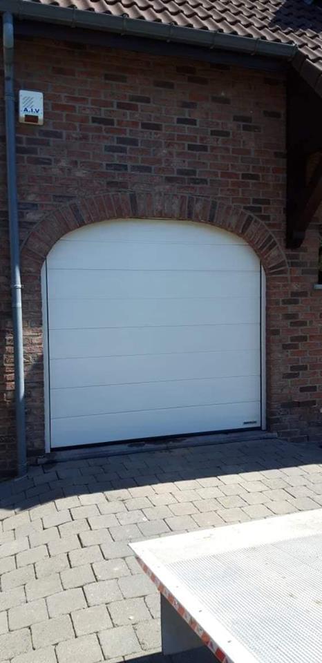 Pose d 39 une porte de garage sectionnelle motoris e en cr me 9001 soumagne - Pose d une porte de garage sectionnelle motorisee ...