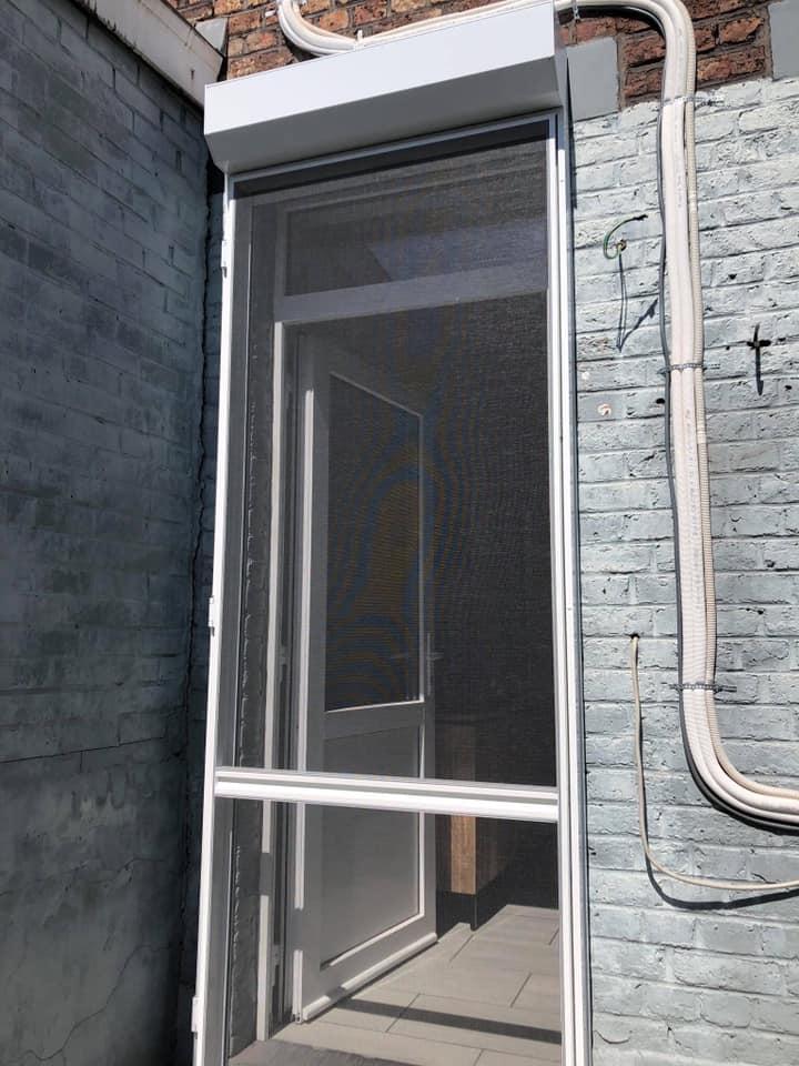 Pose ce vendredi à Jemeppe de volet en aluminium blanc solaire et d'une porte moustiquaire en aluminium blanc