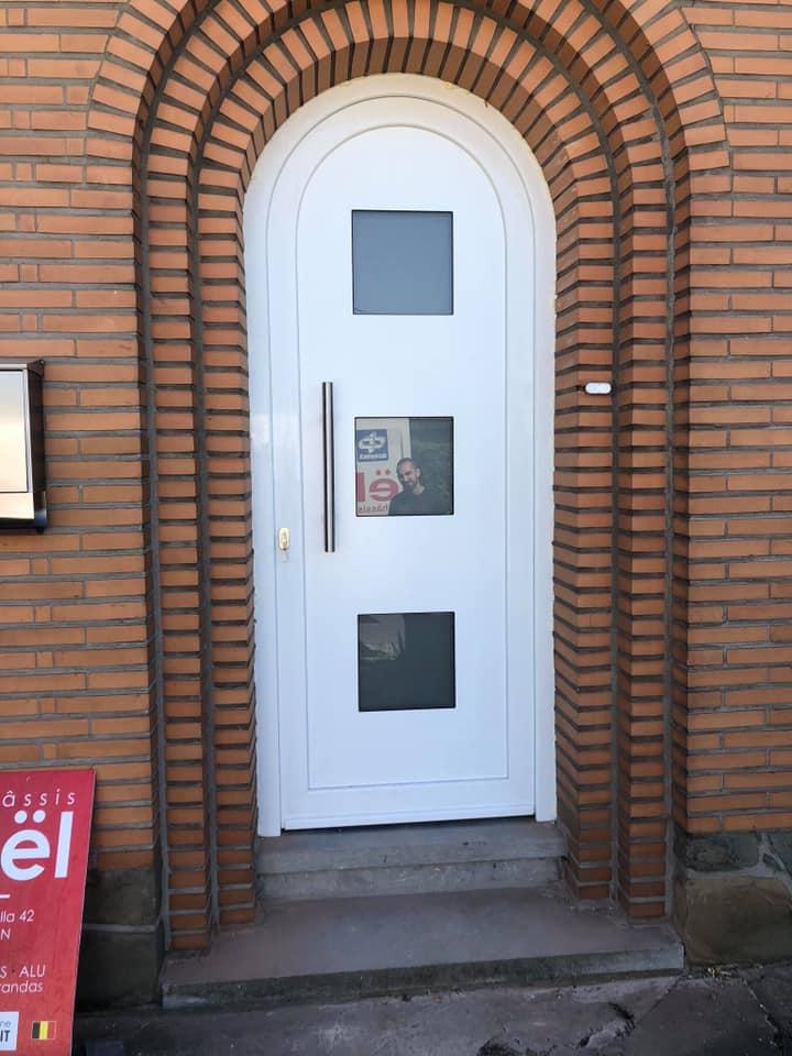 Pose ce vendredi d'une porte d'entrée vrai cintre en pvc blanc deceuninck  Modèle flandria de chez Harinck