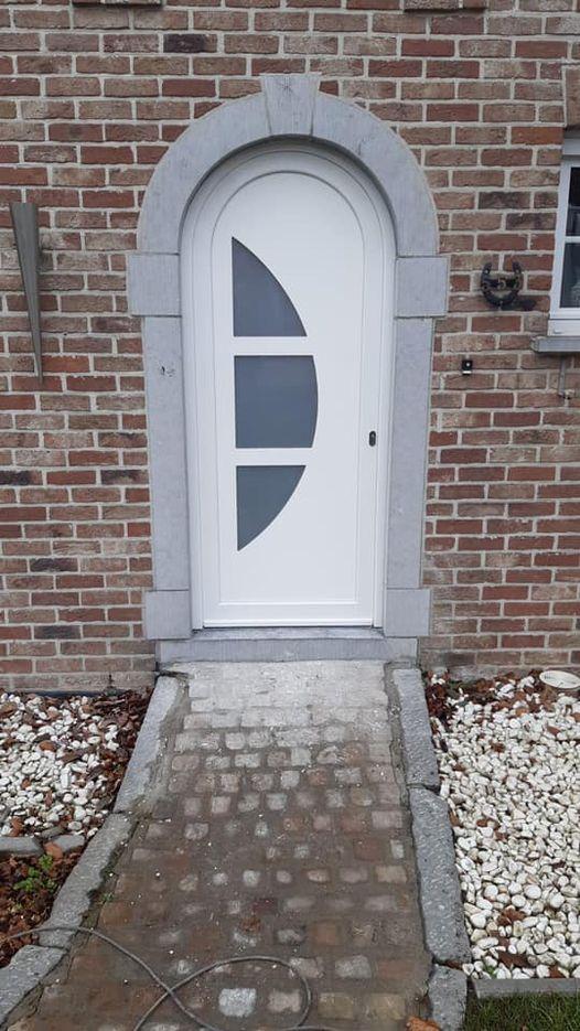 Placement à Charneux d'une porte d'entrée en pvc schuco blanc
