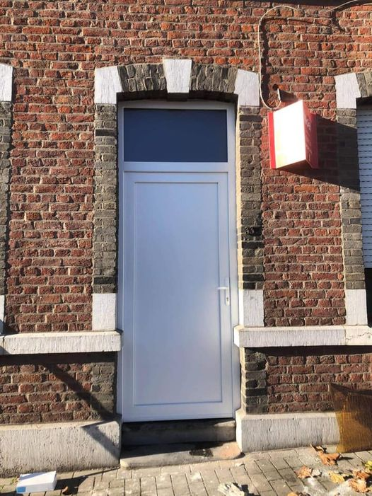 Pose à Jemeppe d'une porte d'entrée en pvc blanc schuco